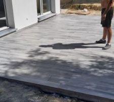 Pose du carrelage effet bois gris sur la terrasse