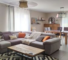 Nouvel arrivant dans la famille : un accueillant canapé d'angle plus clair que le précédent. Il illumine davantage la pièce. On peut rallonger l'assise pour en faire un couchage d'appoint ou mieux : des séances télés bien installés.