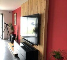 Mur bois sur charnière pour l'accrochage d'une TV 82 pouces.