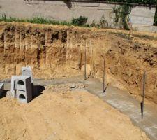 Coulage des fondations ce matin, mise en place des piquets pour le vide sanitaire entre autre