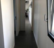 Couloir qui dessert la chambre parentale, le dressing, la SDE et le bureau