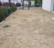 Et pour vraiment ne perdre aucun cm2 de jardin nous avons décidé de faire un petit mur de soutènement tout en béton pour avoir un jardin bien plat et droit ! Prochaine étape normalement l'engazonnage !