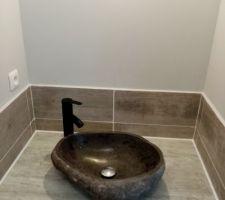 Installation de la vasque en pierre et du carrelage autour.