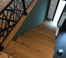 Escalier fait maison en acier avec marche en chêne brut 30mm et garde corps en acier manque juste la rambarde