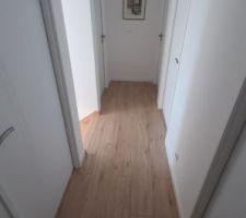 Le dégagement à l'étage, 100cm de large et 6 portes.