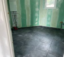 Carrelage gris anthracite cellier
