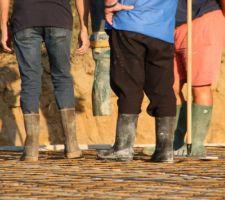 Le gang des bottes en béton :) Ils attendent l'arrivée de la soupe de cailloux