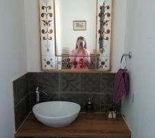 Les WC de l'entrée sont finis. Le lave-main est fini. Miroir chiné.