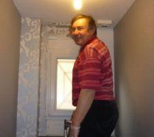 j 293 pose du papier peint avec raccords dasn les wc