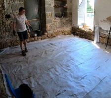 Mai 2020: Mise en place du géotextile dans le salon.   Photos tirées de l'épisode 19 de - La rénovation de Koggy - https://bit.ly/KoggyEP19