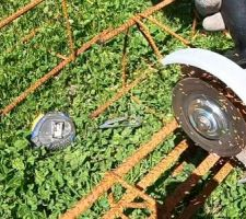 Mai 2020: Découpe de la ferraille pour les fondations (Chaînage 20x40 6d10) les boutisses (Carré 8x8 4d10) et la dalle du salon. (ST25C)    Photos tirées de l'épisode 19 de - La rénovation de Koggy - https://bit.ly/KoggyEP19
