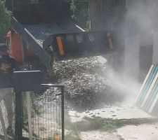 Mai 2020: Livraison de 5 tonnes de galets lavés roulés 40/80 pour le salon   Photos tirées de l'épisode 20 de - La rénovation de Koggy - https://bit.ly/KoggyEP20