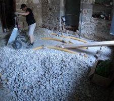 Mai 2020: Réalisation du hérisson ventilé (drain) dans le salon   Photos tirées de l'épisode 20 de - La rénovation de Koggy - https://bit.ly/KoggyEP20