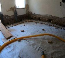 Mai 2020: Réalisation de l'évacuation PVC et du hérisson ventilé (drain) entre la chaufferie et le salon   Photos tirées de l'épisode 20 de - La rénovation de Koggy - https://bit.ly/KoggyEP20