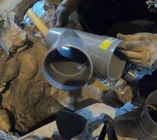 Mai 2020: Réalisation de l'évacuation PVC entre la chaufferie et le salon   Photos tirées de l'épisode 20 de - La rénovation de Koggy - https://bit.ly/KoggyEP20