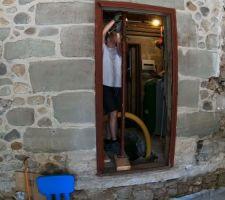 Mai 2020: Etai pour maintenir le linteau pendant que je creuse la fondation   Photos tirées de l'épisode 20 de - La rénovation de Koggy - https://bit.ly/KoggyEP20