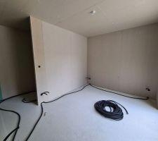Passage des gaines électrique au sol, spots au plafond, et plomberie.