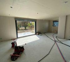 Passage des gaines électrique au sol, spots plafond, et de la plomberie.
