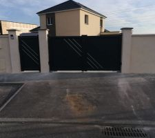 Vue rue du portail motorisation intégré et portillon gache électrique posés
