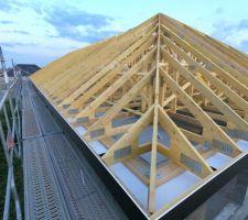 Montage et assemblage charpente industrielle pente 35° Comble non aménageable. espacement 60cm, débord de toit 30cm. Cache moineau et planche de rive PVC noir.