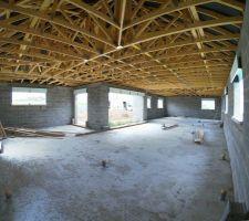 Charpente industrielle pente 35° Comble non aménageable, débord de toit 30cm. Cache moineau et planche de rive PVC noir. Tuile terre cuite TERREAL, modèle SANTENAY Coloris ardoisé.