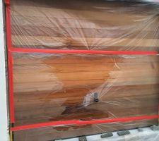 Polyane de protection collé au bois par capillarité
