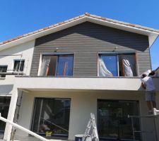 Enduit en cours et bardage en bois/composite sur la partie balcon