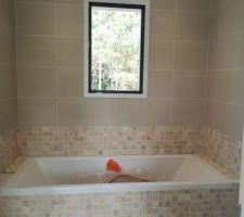 Salle de bain de l'étage avec mosaïque en travertin (traité).