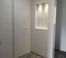 Salle d'eau de la suite parentale avec douche à l'italienne en mosaïque du même coloris que le sol, et niche en mosaïque.