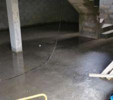 Sous-sol inondé...avec le drain et les éléments de charpentes...génial..