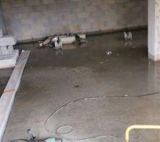 Sous-sol inondé...avec le drain et les éléments de charpentes... génial..