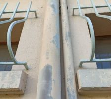 Comment coffrer ces tuyaux avec l'écart de 1cm avec la bordure de la fenêtre..?