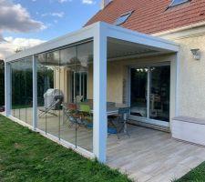 Et voici la façade coulissante en verre enfin montée ! C'est tèrs joli mais aussi fonctionnel : le verre coupe bien le vent et permet de rester dehors un peu plus tard dans la saison :)