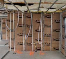 1er passage du plombier effectué, reste à fixer l'isolation au plafond