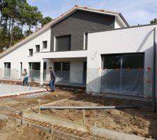 Piscine : fin de préparation avant de couler la terrasse ; la maison a été bâchée pour éviter toute projection de béton.