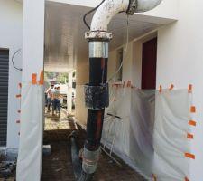 Piscine/terrasse : la pompe est passée par dessus la maison, pour couler la dalle sous le porche