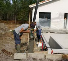 Piscine/terrasse : une fondation est réalisée en bout de terrasse pour la réalisation d'un muret contre lequel la partie en caillebotis viendra s'appuyer