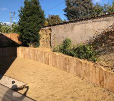 Mur terminé, sol remis à plat, gazon planté.
