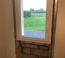 Remplacement de la porte de service de la buanderie par une fenêtre.