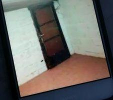 C'est la porte qui cache les gravats et qui devaient donner accès à l'escalier qui n'a finalement pas été construit