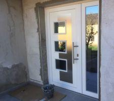 Pose de baguettes Alu scellement plus colle pour maintient total autour de la porte