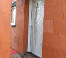 Menuiserie poser de couleurs gris clair coulissante pour les 2 fenêtres séjour + cuisine  Galandage pour là porte de cuisine et les 2 chambres  Garage sectionnelle électriques