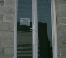 Porte fenêtre avec poignée et serrure des 2cotés