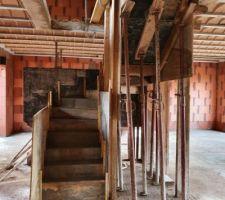 L'escalier béton du RDC