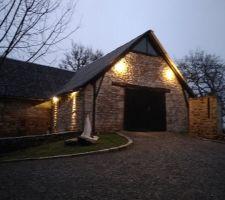éclairage extérieur de la grange à la tombé de la nuit