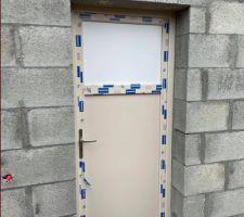 Porte de service posée (oculus en attente de livraison, couleur beige pour respecter le PLU qui n'accepte pas le blanc)