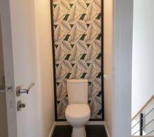 Tadam! Et voila, la piece des wc est peinte (en blanc satine) et tapissee (tapisserie intissee) , sans oublier l'encadrement cree sur mesure avec des moulures.