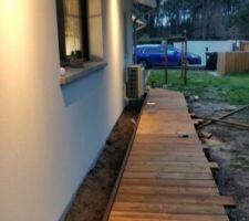 Premiere partie de la terrasse presque terminée. Prochaine etape, autour de la piscine.