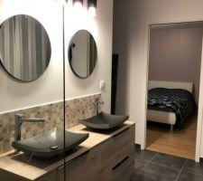 Installation des luminaires et miroirs dans la salle d'eau parentale