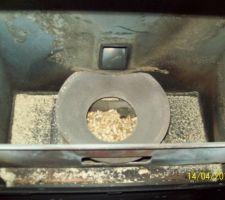 Etat à l'ouverture ... A présent même le pot de combustion est plein de pellets non consommés ...